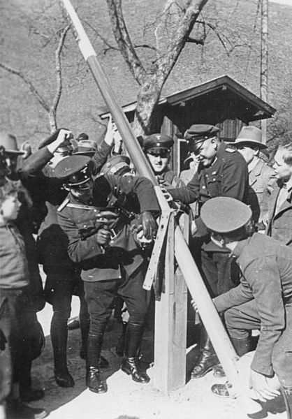 German and Austrian border police dismantle a border post.