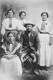 Rua Kenana and four of his wives.jpg